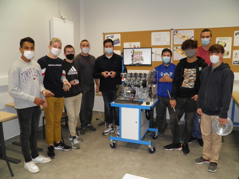Les élèves de terminale CAP Maintenance des Véhicules lors d'une séance sur le chef d'oeuvre