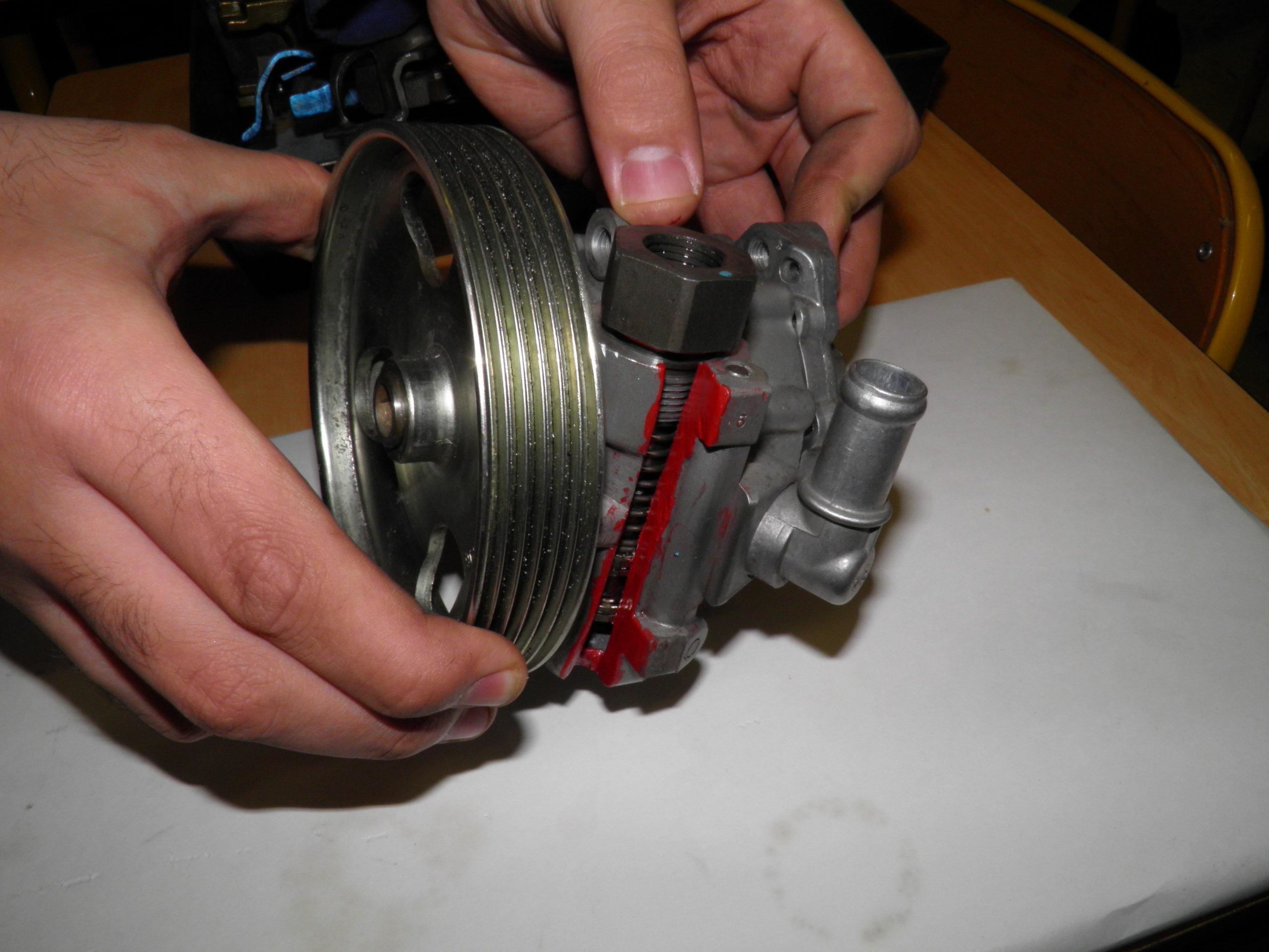 Gros plan sur la pompe hydraulique de direction assistée - chef d'oeuvre T CAP maintenance auto Lavoisier